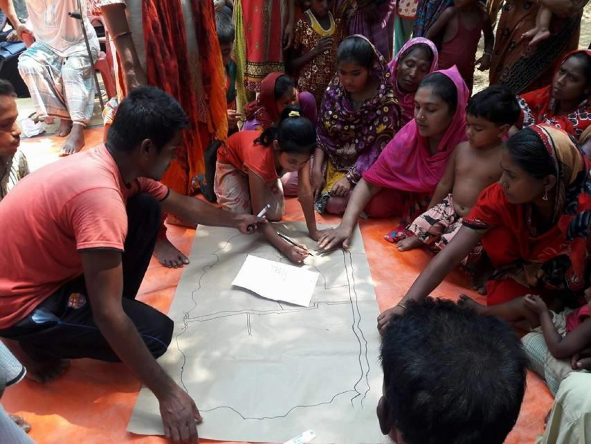 Growing Together community mapping in village Bangladesh. © Handicap International