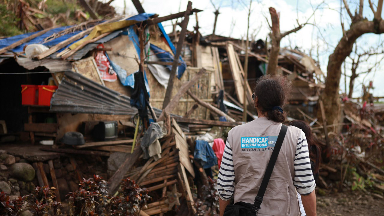 The Philippines archipelago is one of the most vulnerable regions on the planet in terms of natural disasters, especially typhoons. In November 2013, Typhoon Haiyan made landfall in the Philippines, affecting 15 million people. Handicap International immediately supplied aid to the victims of the disaster, and continues to do so today. It has also helped set up an early warning system to alert the local population, particularly the most vulnerable people, in the event of a natural disaster.