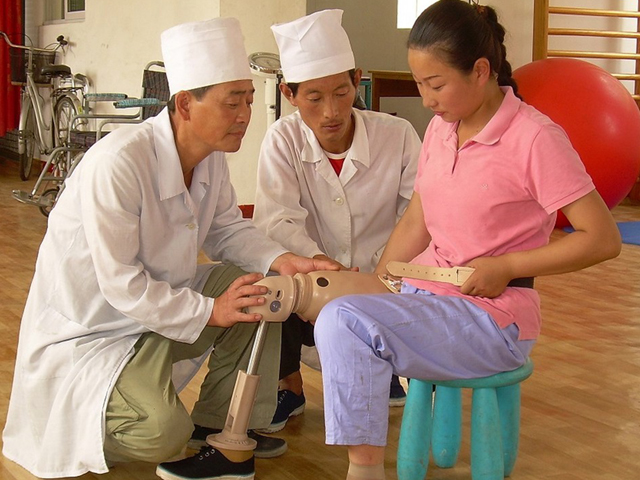 Handicap International has been working in North Korea for the past 14 years. Its goals are to support the inclusion of children with disabilities in education, provide access to rehabilitation and orthopaedic fitting services, and promote the rights of people with disabilities.