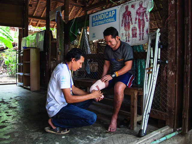 The birthplace of Handicap International, Thailand hosts large numbers of refugees from Myanmar. The organisation works in the refugee camps, providing artificial limbs for the victims of anti-personnel landmines and raising awareness of the dangers posed by these weapons, promoting the inclusion of vulnerable people and people with disabilities in their communities and improving the living conditions of children in refugee camps.