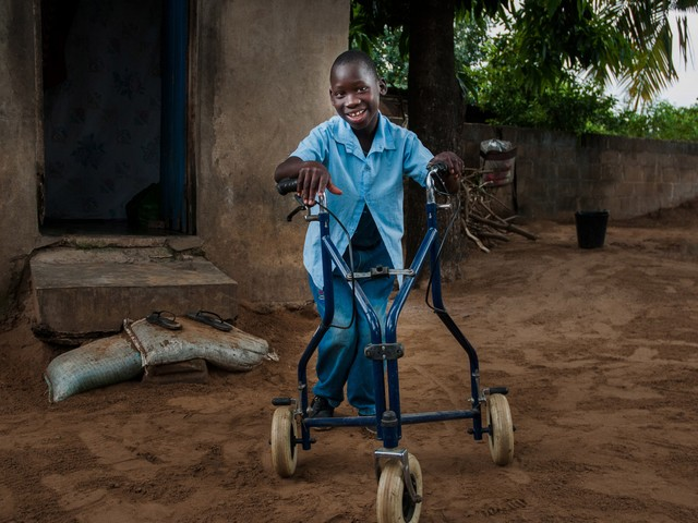 Ilídio is 11, loves going to school and dreams of driving a car one day. It is not so long ago that the boy who now speaks two languages, could not speak at all and had only limited mobility.
