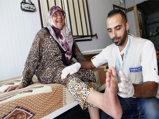 After 8 months living in Zaatari refugee camp Ebtesam fractured her hip. Ebtesam had several rehabilitation sessions with a Handicap International physiotherapist and was given a walking frame and stick. Jordan