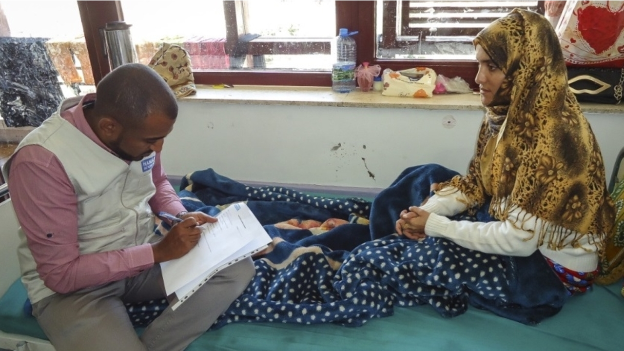 A woman with a leg injury, supported by Handicap International at the Al-Thawra hospital in Sanaa, 2016.