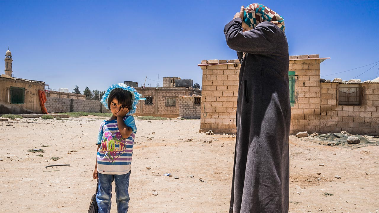 Mother and daughter of a displaced Syrian family