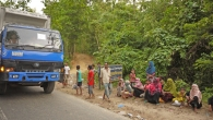 Rohingya refugees waiting by the roadside in the hope of receiving humanitarian aid.