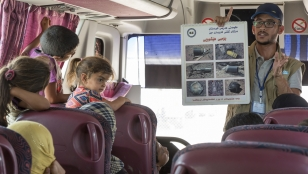 Risk education session in Iraq to alert the returning population to dangers