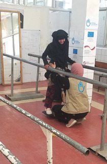 In Yémen, Heba does balance exercises with her HI physio.