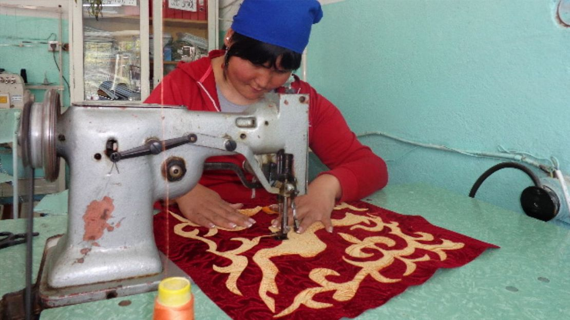 Humanity & Inclusion Kirghizistan. Sewing lessons provided as part of the vocational training program