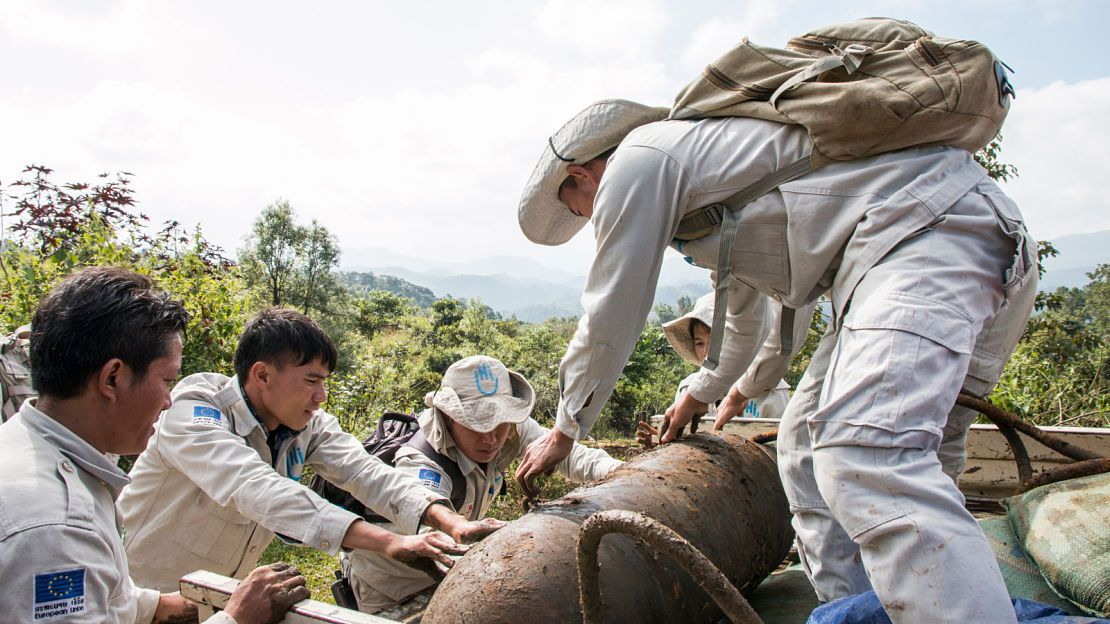 The HI demining team in Laos removing a bomb in order to get it destroyed in another area, far from the village of Phaja where it was found.