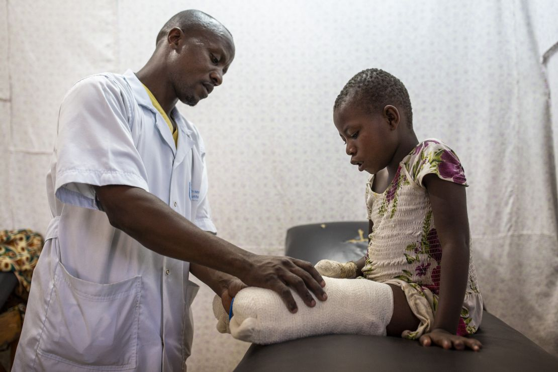 Kisubizo, a victim of the conflict in DRC, follows rehabilitation session with Jean Claude Karengane, an HI physio in Rutshuru.