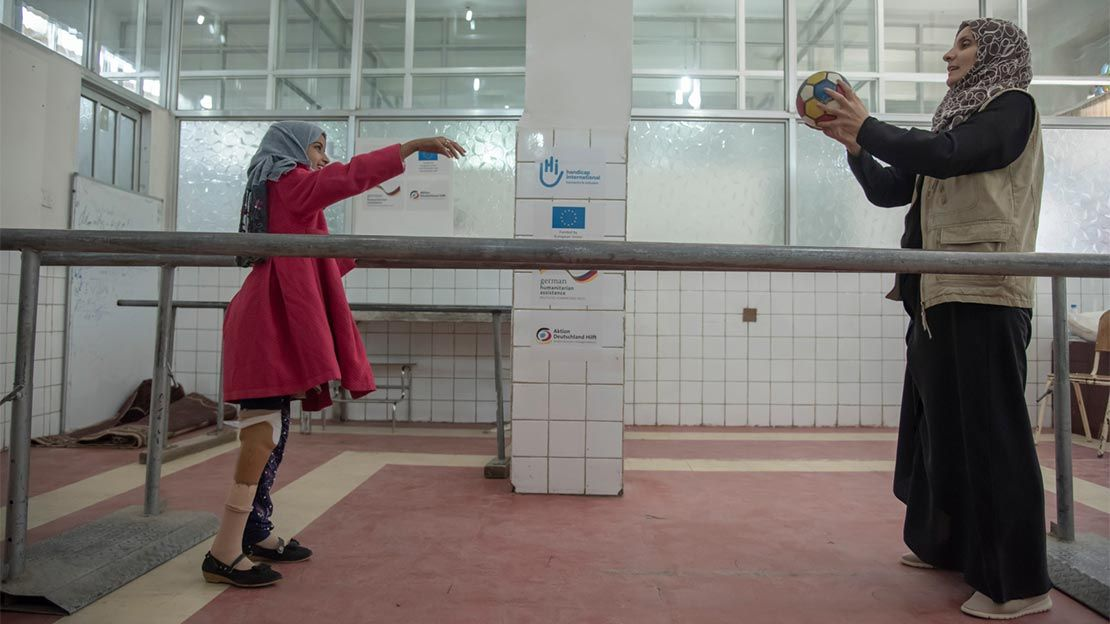 Fatehia, 10,having a rehabilitation session with an HI physiotherapist in Yemen.