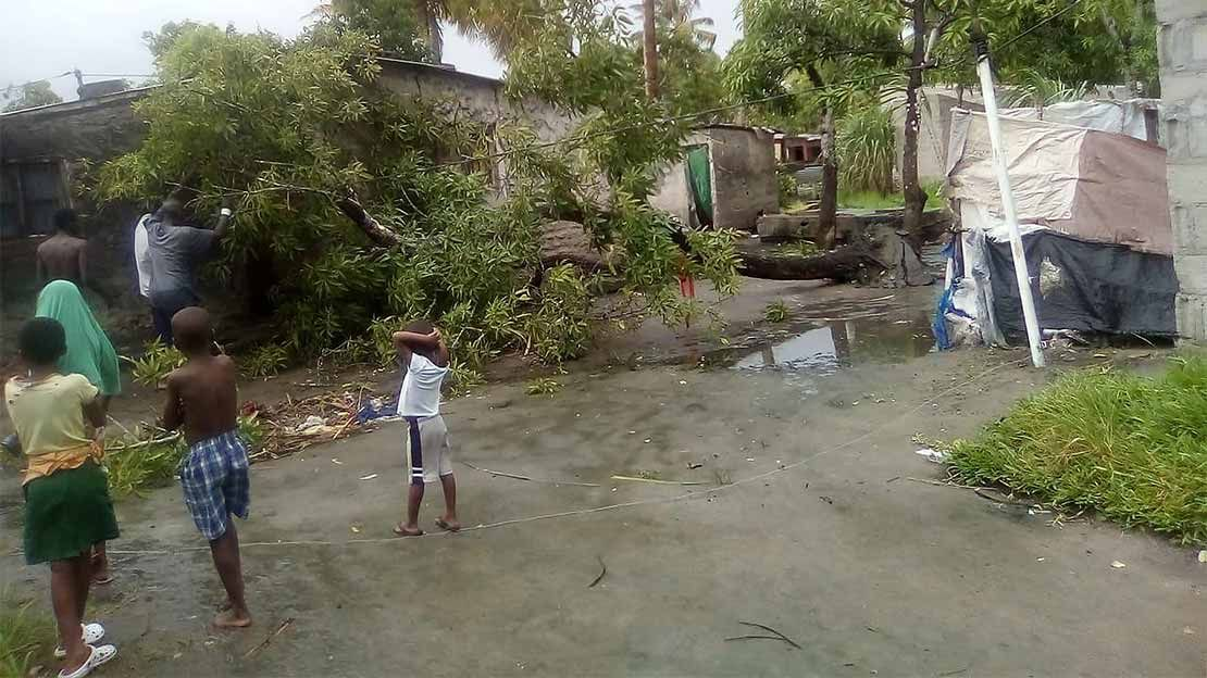 A family in Beira, Mozambique, begins to repair the damage of Cyclone Idai 18/03/2019