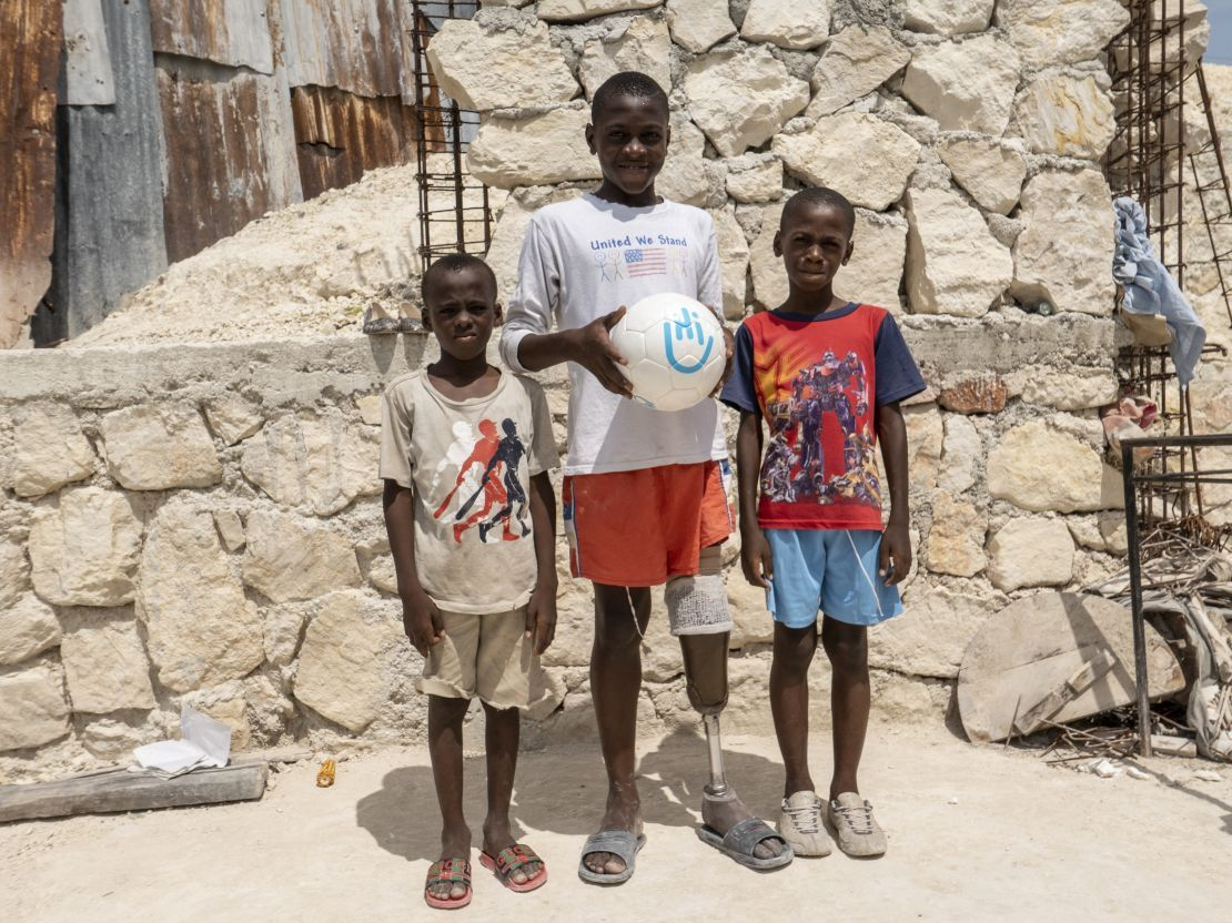 Moïse, amputated after the quake in Haiti, can now play football