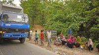 Rohingya refugees waiting by the roadside in the hope of receiving humanitarian aid.; }}